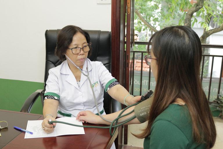 Các bác sĩ sẽ tiến hành thăm khám, kiểm tra sức khỏe cho người bệnh