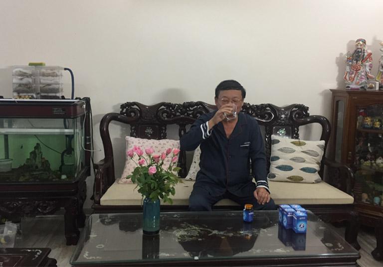 Nghệ sĩ Phú Thăng sử dụng Hoạt huyết Phục cốt hoàn tại nhà