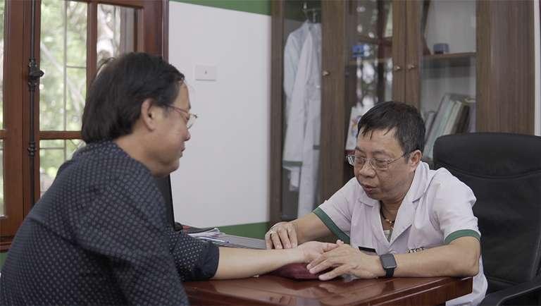 Nghệ sĩ Phú Thăng được trực tiếp bác sĩ Lê Hữu Tuấn thăm khám và bắt mạch