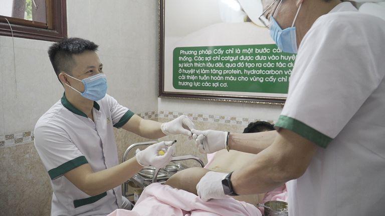 Cấy chỉ tăng cần cần được thực hiện trong phòng vô trùng với dụng cụ chuyên dụng