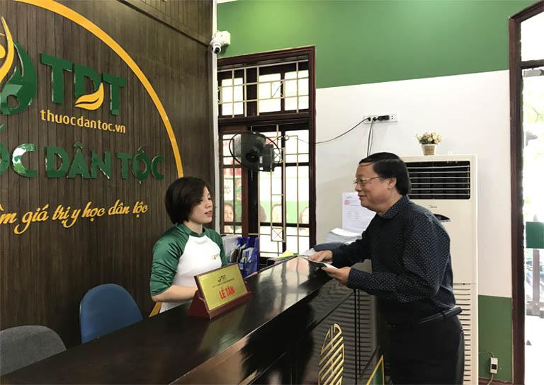 Nghệ sĩ Phú Thăng tới Trung tâm Đông Phương y pháp đăng ký khám chữa bệnh