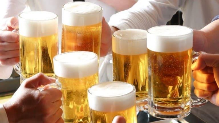 Trước và sau khi thực hiện cấy chỉ chữa viêm khớp, người bệnh tuyệt đối không được uống bia, rượu...
