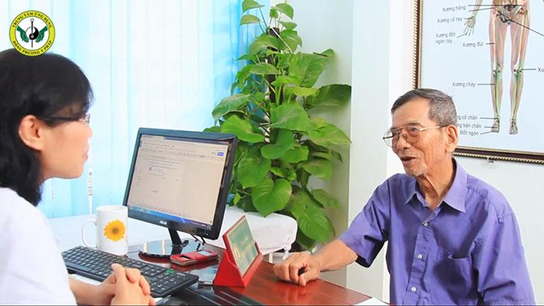 Nghệ sĩ Trần Hạnh đến khám bệnh xương khớp tại Đông phương Y pháp