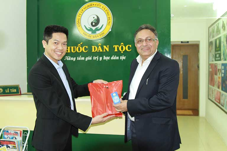 Tiến sĩ Alok và đại diện Trung tâm Đông phương Y pháp Thuốc dân tộc