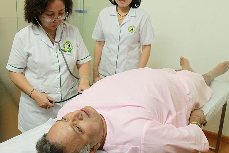 Tiến sĩ Alok và buổi trị liệu cùng bác sĩ Doãn Hồng Phương và bác sĩ Nguyễn Thị Vân Anh