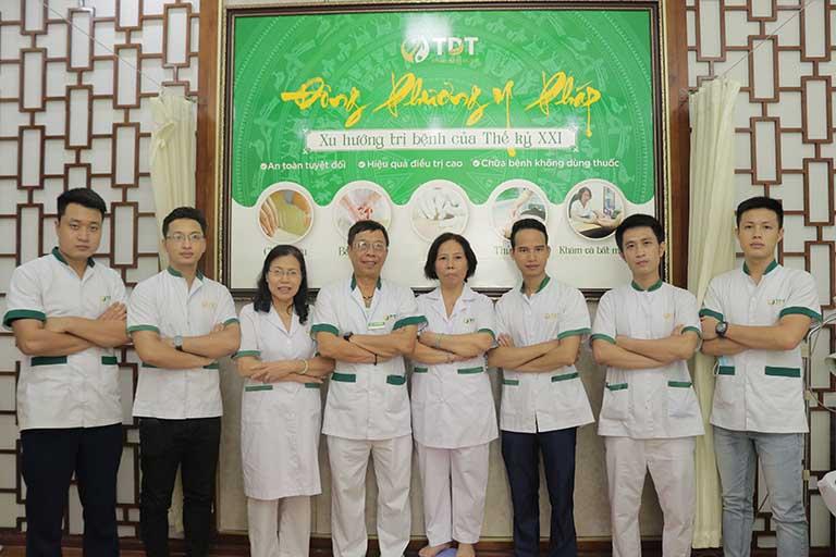 Bác sĩ Lê Hữu Tuấn cùng đội ngũ bác sĩ, kỹ thuật viên Đông phương Y pháp