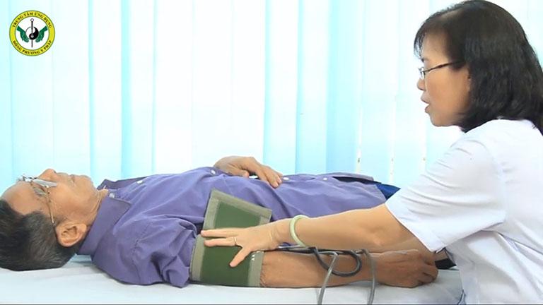 Tại Trung tâm, bệnh nhân luôn được thăm khám kỹ lưỡng trước khi trị liệuTại Trung tâm, bệnh nhân luôn được thăm khám kỹ lưỡng trước khi trị liệu