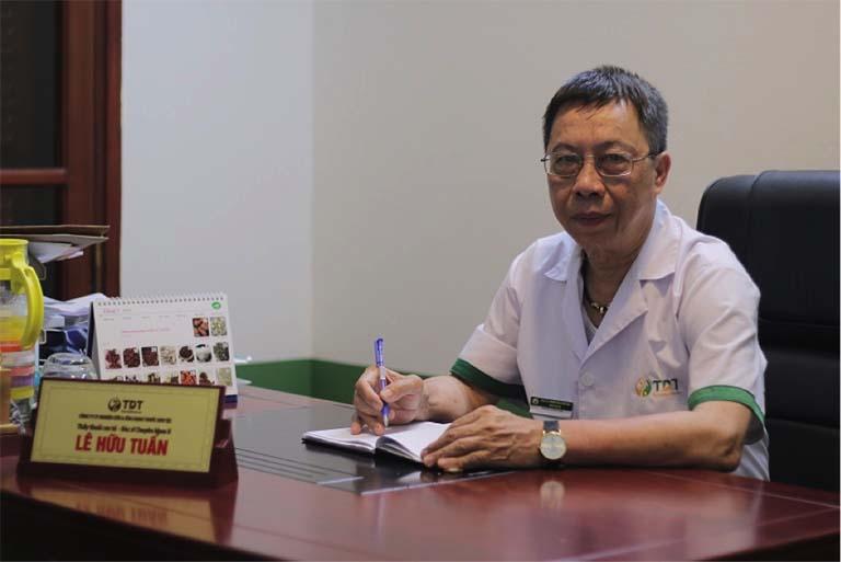 Bên cạnh tay nghề thăm khám, bác sĩ Tuấn cũng luôn nhiệt tình, hết lòng vì bệnh nhân